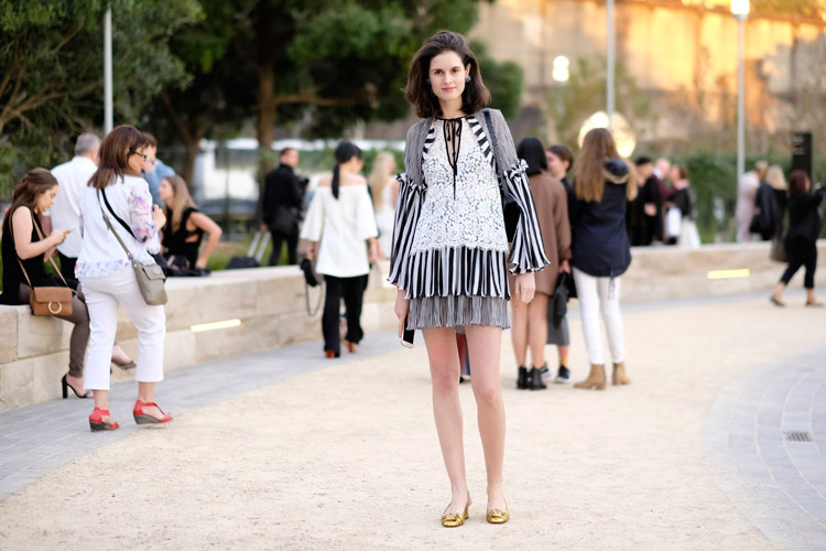 Девушка в кружевном платье с рюшами