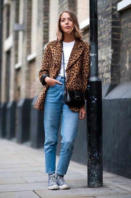 Девушка в леопардовом жакете и голубых джинсах