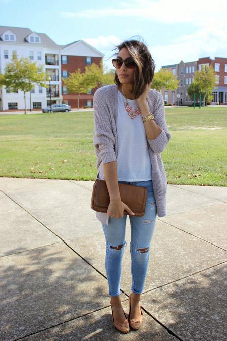 Девушка в объемном кардигане и голубых джинсах