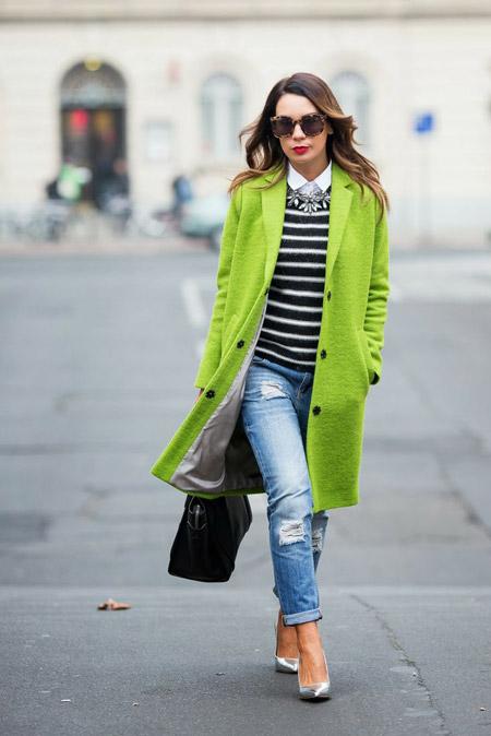 Девушка в пальто цвета лайма