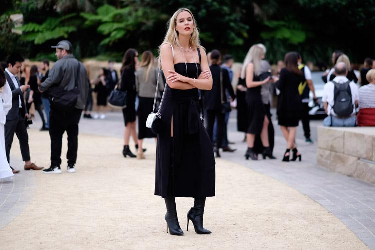 Девушка в платье бюстье с разрезом и черные сапоги
