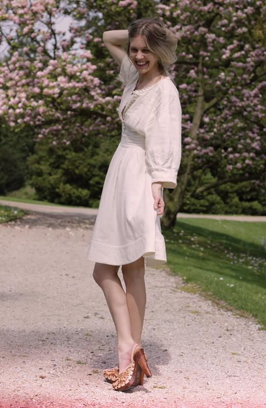 Девушка в платье-рубашке и сабо