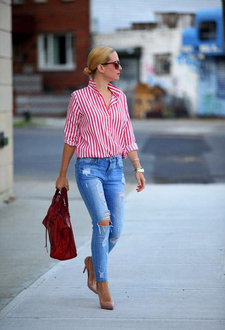 Девушка в полосатой рубашке и голубых джинсах