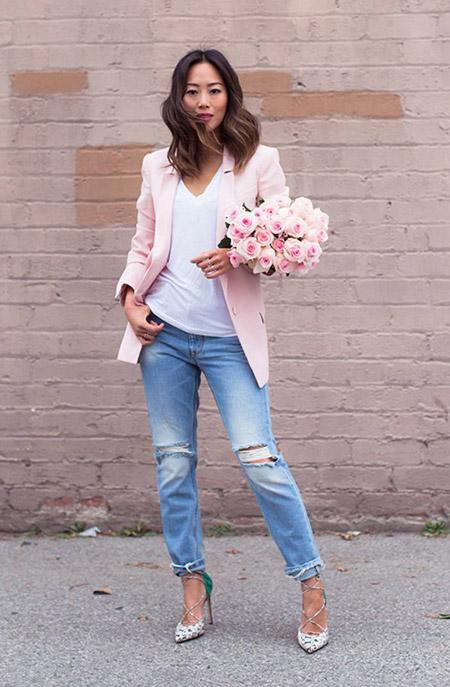 Девушка в розовом жакете и голубых джинсах