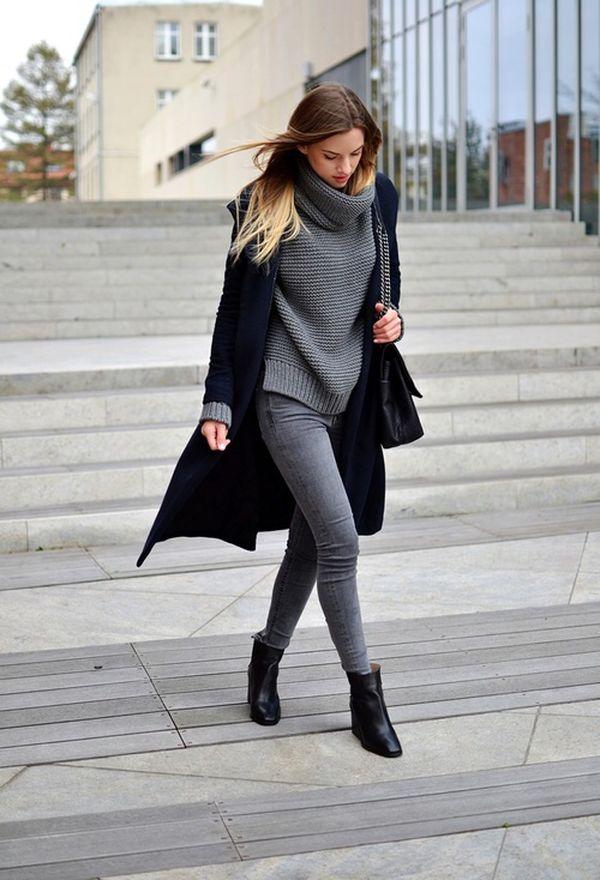 Девушка в сером свитере и джеггинсах