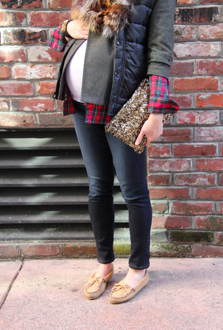 Девушка в серых джинсах, рубашка в клетку и куртка с меховым воротником, мокасины