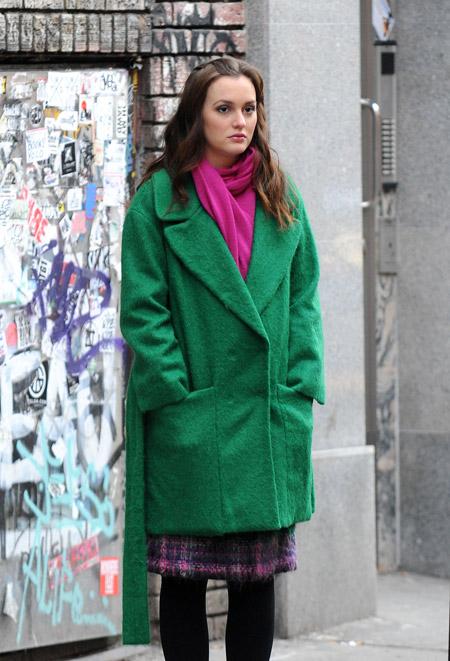 Девушка в шарфике цвета фуксия и изумрудном пальто