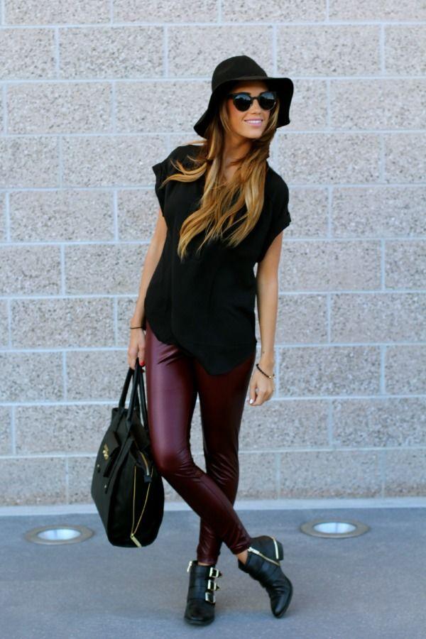 Девушка в шляпе и кожаных леггинсах