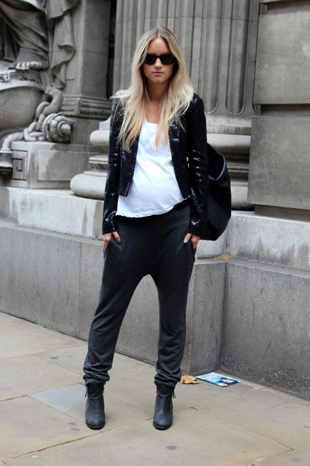 Девушка в штанах, белая футболка и черная косуха