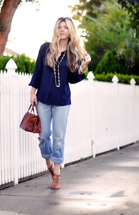 Девушка в синей блузке и голубых джинсах