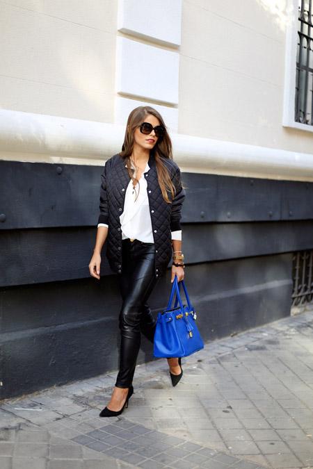 Девушка в стеганой куртке и леггинсах