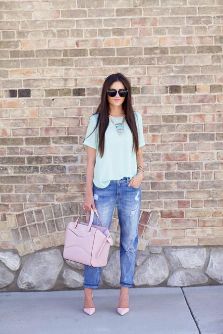Девушка в светло-бирюзовом топе и голубых джинсах