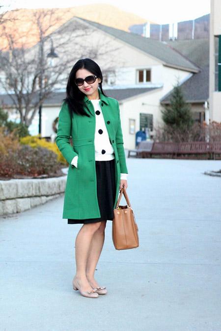 Девушка в светлом изумрудном пальто
