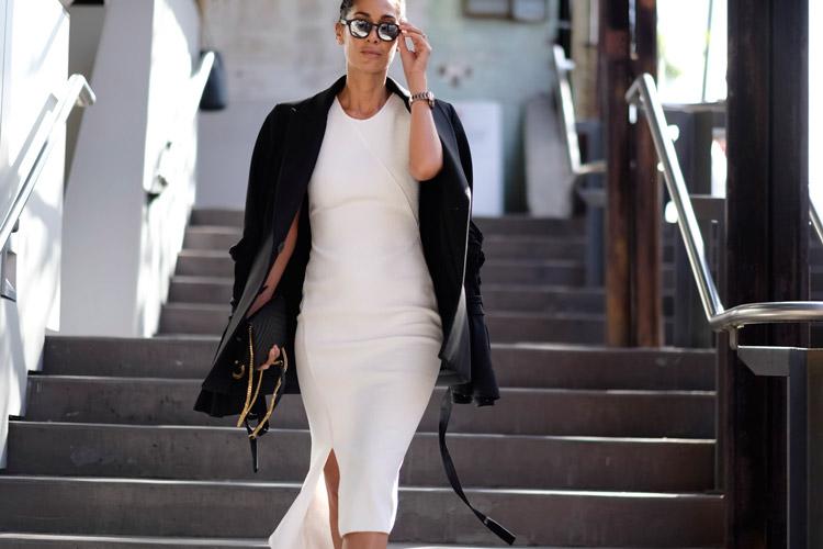 Девушка в светлом платье футляр и черном пиджаке