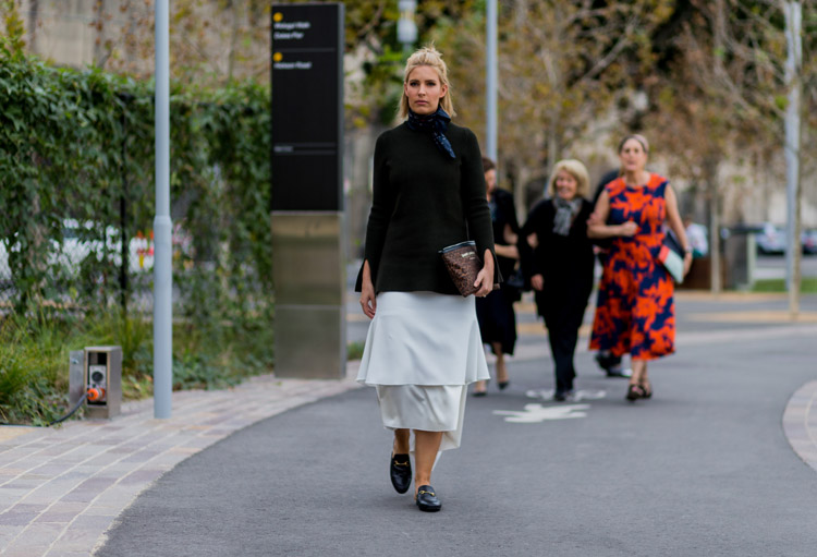 Девушка в светлой юбке, темная водолазка и платок на шее