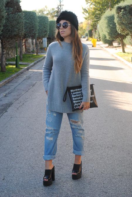 Девушка в свитере и сабо