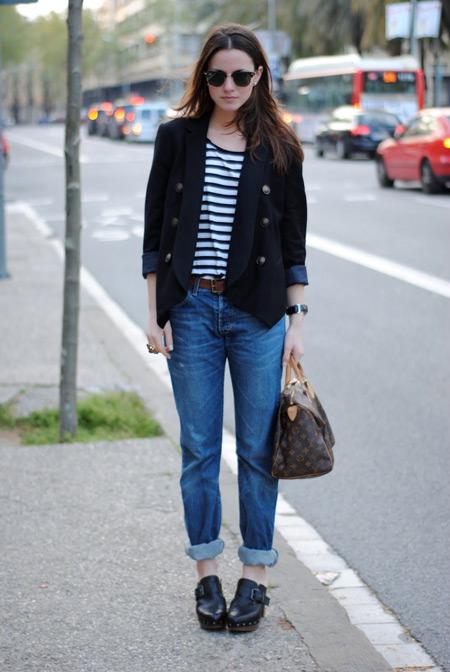 Девушка в укороченных джинсах и сабо