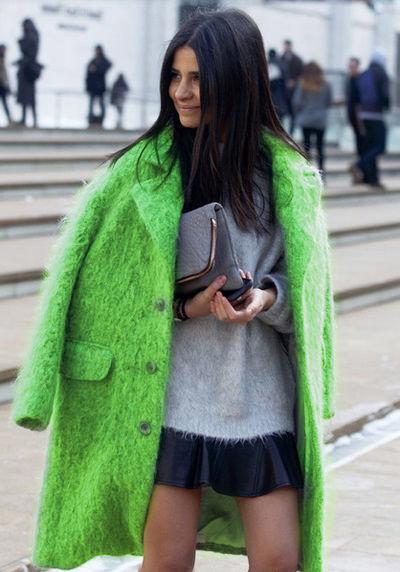 Девушка в ярком салатовом пальто