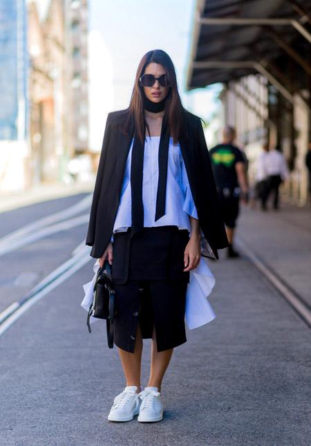 Девушка в юбке карандаш, блузе, черный пиджак и белые кеды