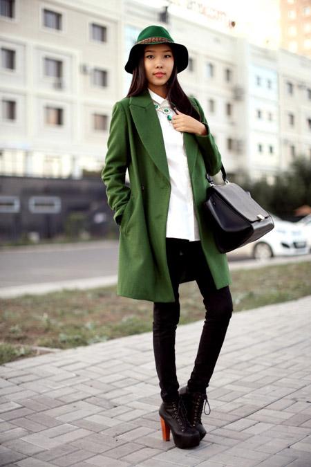 Девушка в зеленом пальто и рубашке