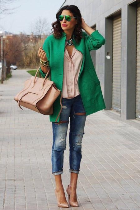 Девушка в жэинсах и зеленом пальто