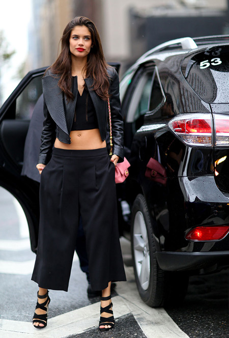 Девушка во всем черном, широкие бриджи, куртка косуха и кроп топ