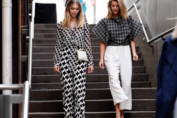 Девушки в черно белых нарядах с брюками