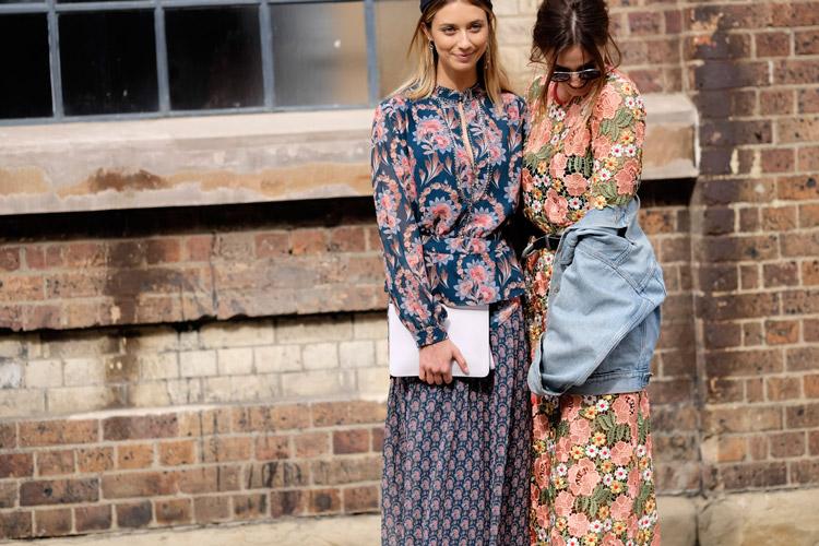 Девушки в нарядах с цветочным принтом