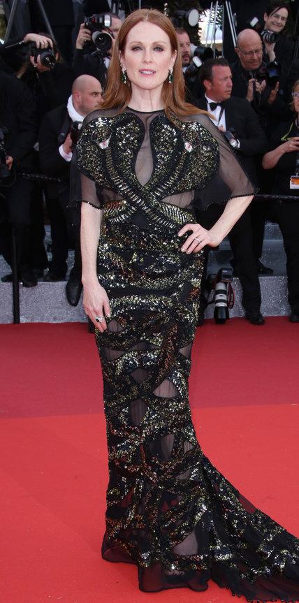 Джулианна Мур в черном платье с прозрачными вставками и пайетками