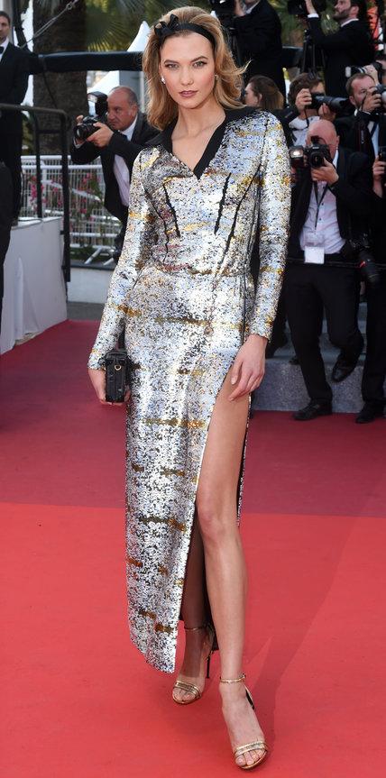 Карли Клосс в блестящем платье с разрезом