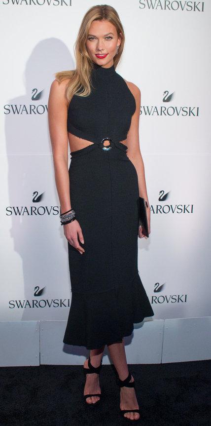 Карли Клосс в черном платье с вырезами