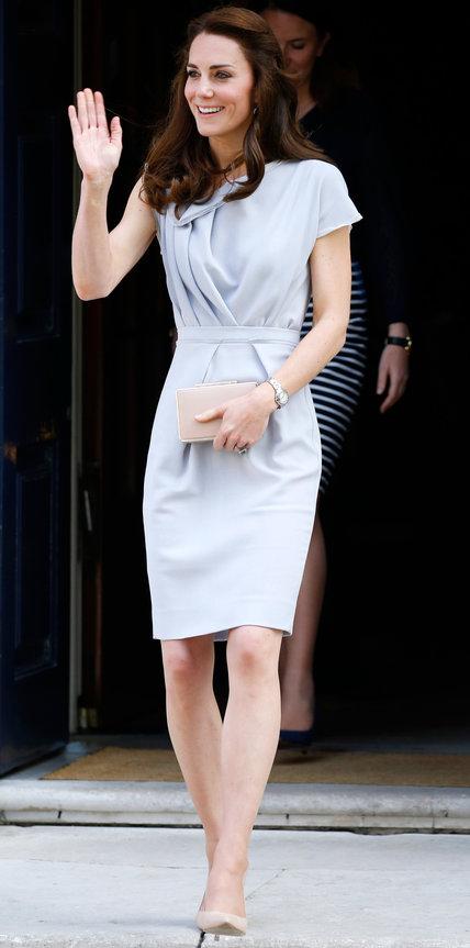 Кейт Миддлтон в сером платье миди и бежевых лодочках