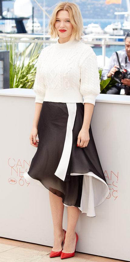 Леа Сейду в черно белой юбке и свитере