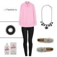 Лук с розовой рубашкой и черными джегинсами