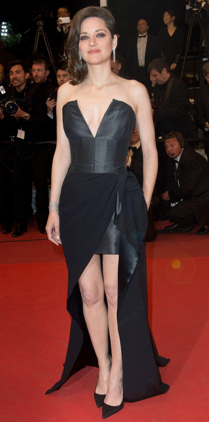Марион Котийяр в черном платье бюстье
