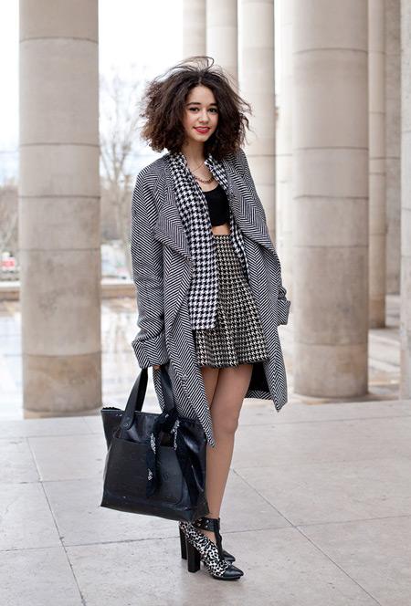 Модель мини юбке с высокой талией, черный кроп топ, пиджак с принтом гусинная лапка и серое пальто