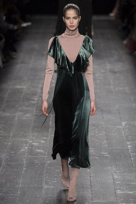 Модель в бархатном платье от Valentino