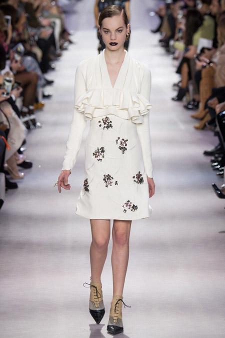 Модель в белом платье от Christian Dior