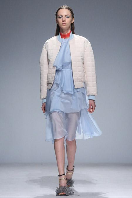 Модель в белой куртке на молнии от Anna October - модные куртки и пуховики на осень 2016 и зиму 2017