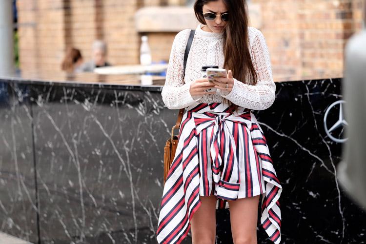 Модель в белой вязаной кофте и полосатой рубашке