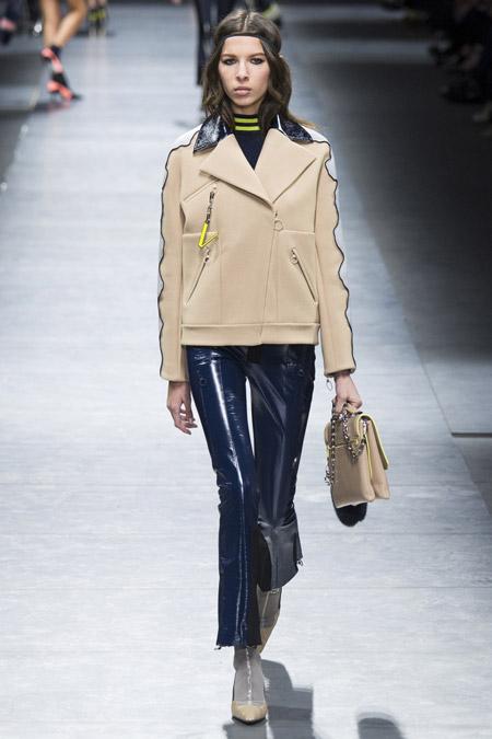 Модель в бежевой куртке на молниии от Versace - модные куртки и пуховики на осень 2016 и зиму 2017