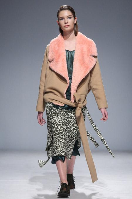 Модель в бежевой куртке с поясом от Anouki - модные куртки и пуховики на осень 2016 и зиму 2017