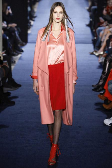 Модель в блузе от Alexis Mabille
