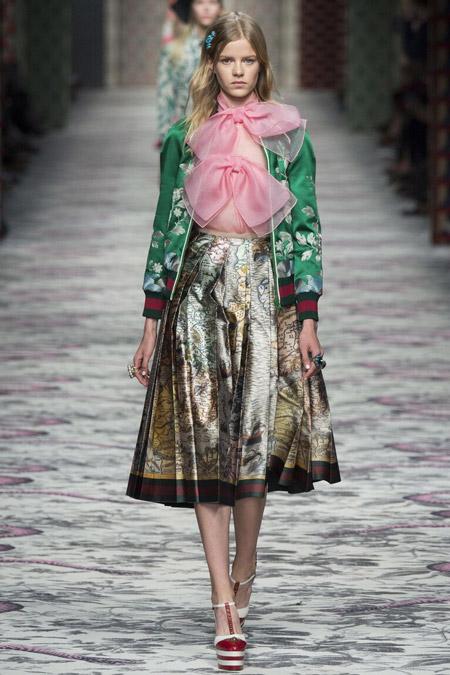 Модель в блузе с бантами от Gucci