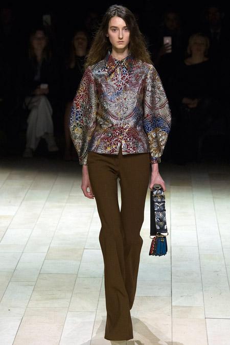 Модель в блузке с объемными рукавами от Burberry