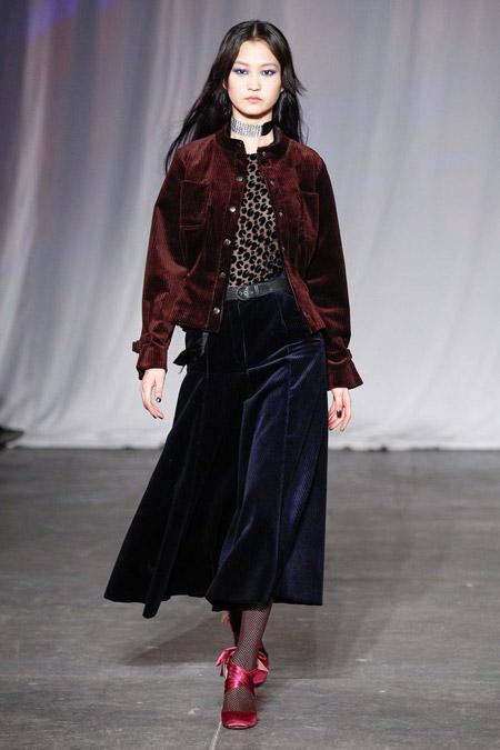 Модель в бордовой куртке от Jill Stuart - модные куртки и пуховики на осень 2016 и зиму 2017