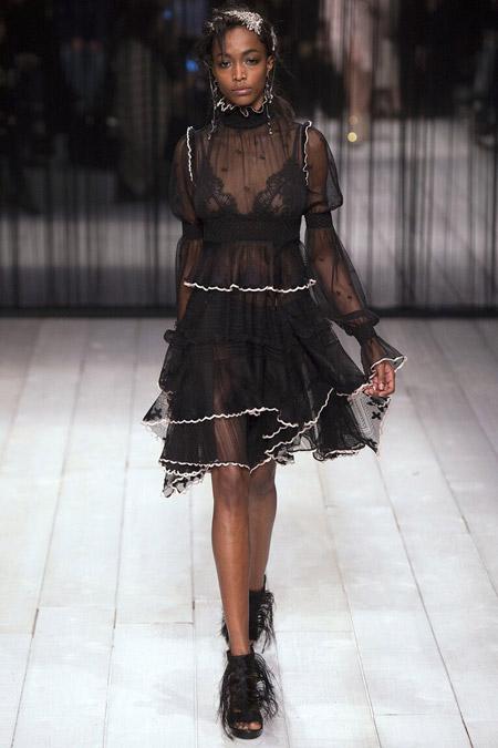 Модель в черном платье от Alexander McQueen