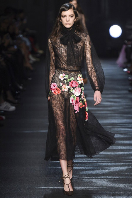 Модель в черном платье от Blumarine