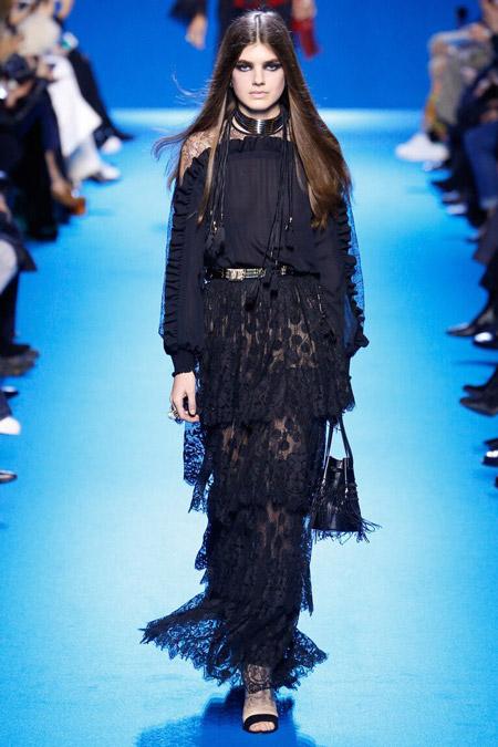 Модель в черном платье от Elie Saab
