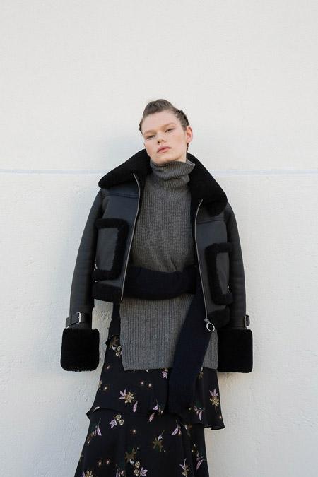 Модель в черной куртке от A.L.C. - модные куртки и пуховики на осень 2016 и зиму 2017
